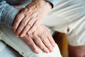 Пожилые люди с кардиостимулятором.